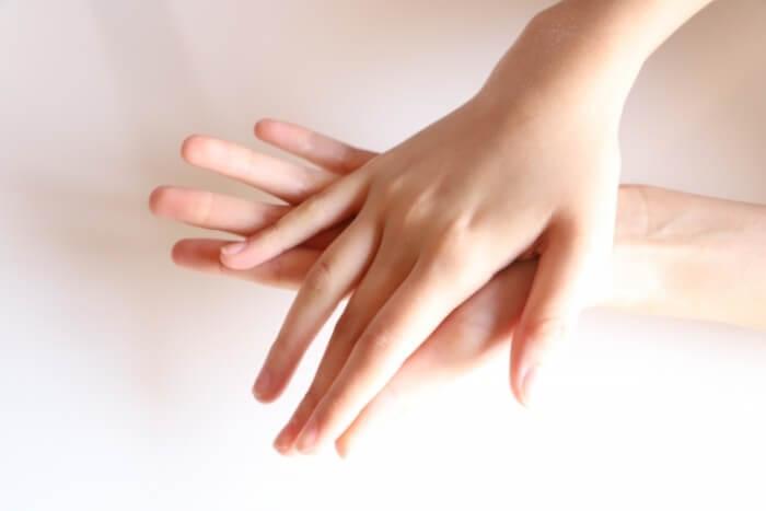 手汗が多い人がなりやすい!?手や足の皮がよくむける原因とは
